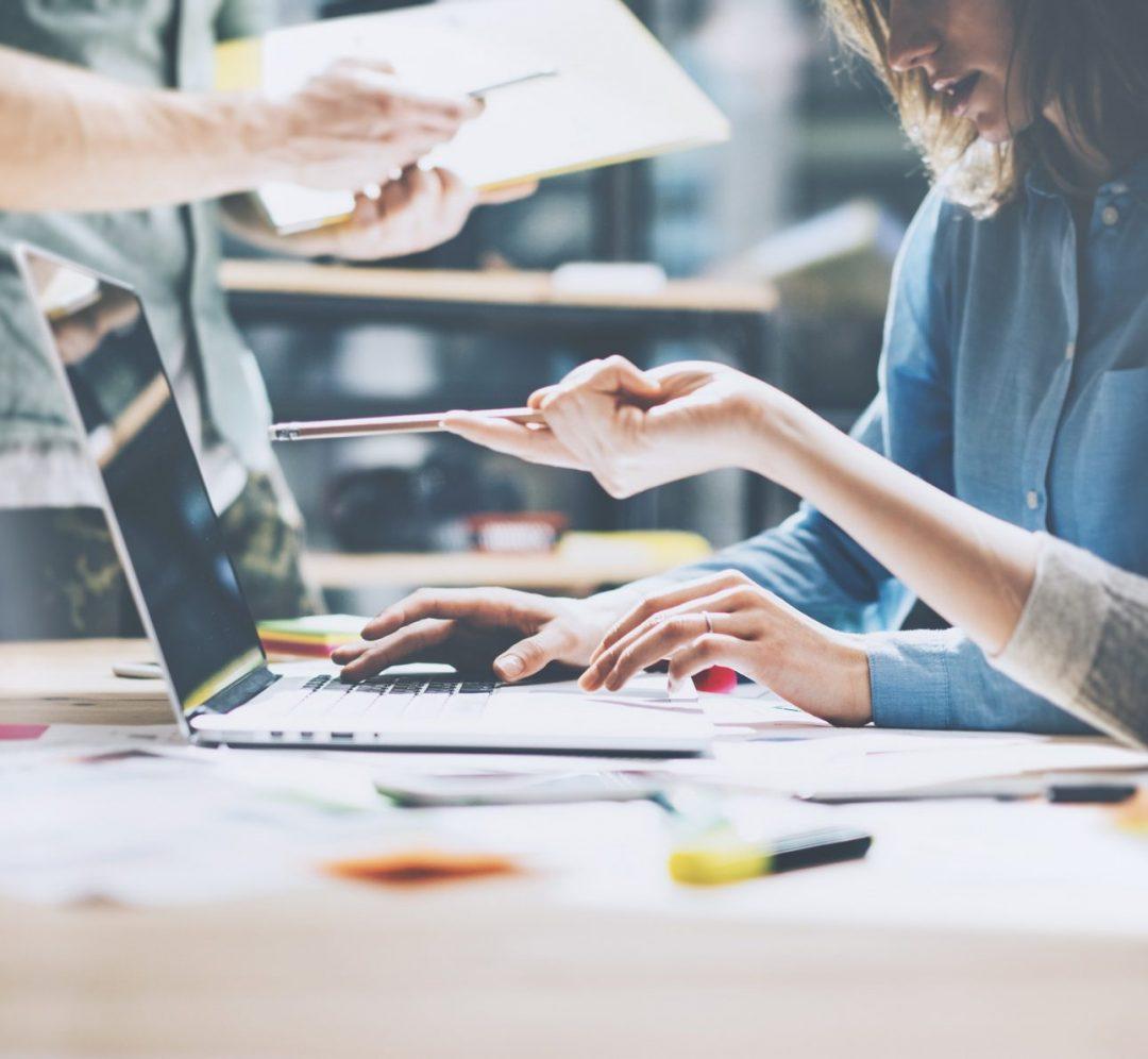 透過網路平台之文字、情緒、喜好等內容判斷網路風向,根據目標族群偏好擬定行銷策略,針對不同平台如社群、討論區、網路媒體發展對應分眾企劃內容以產生綜效
